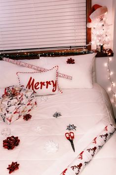 Christmas Getaway Bedroom Decorating - Interior Decor and Designing Cosy Christmas, Christmas Feeling, Christmas Bedroom, Christmas Time Is Here, Merry Little Christmas, Christmas Competitions, Christmas Phone Wallpaper, Christmas Aesthetic, Christmas Decorations