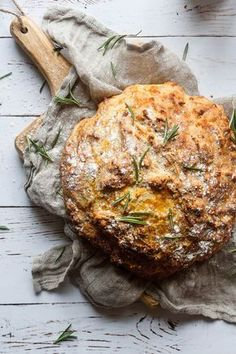 Irish Soda Bread with rosemary and cheddar. This easy recipe is a quick, simple kitchen project, with just a few ingredients. Bread Recipes, Real Food Recipes, Snack Recipes, Yummy Food, Snacks, Grain Free Bread, St Patricks Day Food, Food Crush, Bread Bun