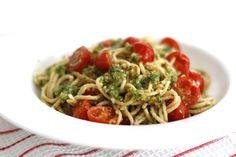 Vandaag weer een simpel pasta-recept met slechts 5 ingrediënten. Yes, ik ben nu ik zwanger ben helemaal into de Italiaanse keuken! Vorige maand at ik bij famil