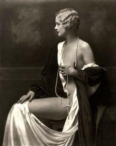 Alfred Cheney Johnston (1885-1971) fue un fotógrafo de la ciudad de Nueva York conocido por sus retratos de doristas del Ziegfeld Follies, así como de actores y actrices de los años 1920 y 1930.