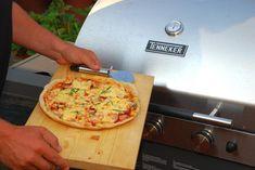 Rozpálený gril, vláčne cesto a šťavnatá obloha – taký je recept na pizzu z plynového grilu, ktorá sa vždy podarí. Ak na ňu kedykoľvek dostanete chuť, nikdy netrvá viac ako 20 minút, kým sa môžete do nej zahryznúť. Na začiatku je iba vrecúško múky zo špajze a zopár surovín v chladničke, vo finále rozplývajúca sa …