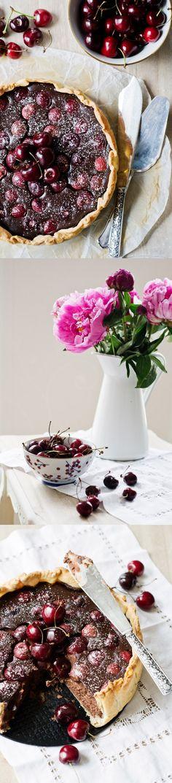 Tarta rústica de chocolate y cerezas / http://delicioustories.com/