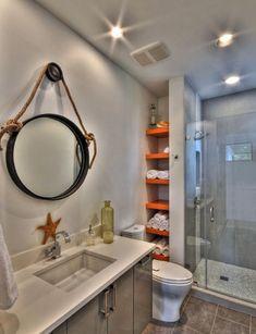 узкие полки для хранения полотенец за стенкой ванной комнаты