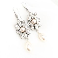 Chandelier Bridal Earrings with Pearls |  #chandelierearrings #chandelierearringswithpearls #dropearrings #pearlearrings #pearls |