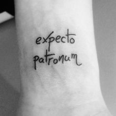 65 frases inspiradoras para tatuar en tu piel Phrases to tattoo Inspirational phrases with which to regain strength in those moments of slump, which give you a shot of self-esteem … Pretty Tattoos, Cute Tattoos, Beautiful Tattoos, Tatoos, Harry Potter Tattoos, Harry Potter Tumblr, Harry Potter Quotes, Mini Tattoos, New Tattoos