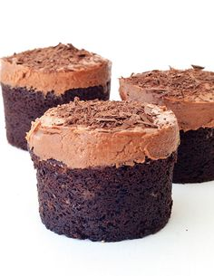 Light and fluffy Mini Sour Cream Chocolate Cakes with creamy chocolate frosting and a sprinkling of chocolate shavings. Sour Cream Chocolate Cake, Chocolate Cakes, Chocolate Recipes, Chocolate Frosting, Chocolate Lovers, Mini Desserts, Delicious Desserts, Mini Appetizers, Wedding Desserts