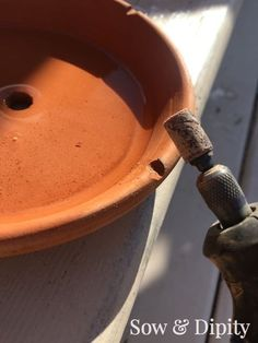 These pot's are on trend right now. Decorate them any way you want but the best way to use them is in this super easy DIY Terra-Cotta Water F… Clay Pot Projects, Clay Pot Crafts, Garden Projects, Homemade Bird Houses, Diy Fountain, Before And After Diy, Painted Clay Pots, Diy Bird Feeder, Plantation
