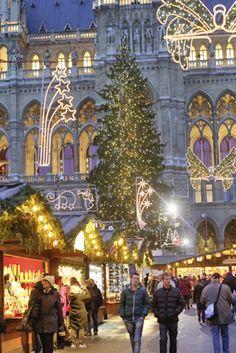 Weihnachtsmarkt auf dem Wiener Rathausplatz, Österreich.