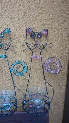 paní kočka II svícen ve tvaru kočky, doplněn skleněnými korálky, skleněný kalíšek součástí výrobku,výška-31cm.