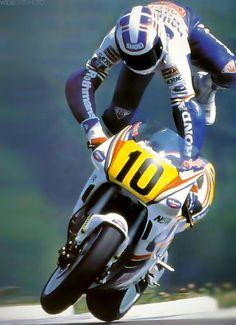 Honda 2 strokes- those glorious monsters. Wayne Gardner actually saves it ! Motogp, Motorcycle Racers, Racing Motorcycles, Valentino Rossi, Vintage Bikes, Vintage Motorcycles, Gp Moto, Quad, Super Bikes