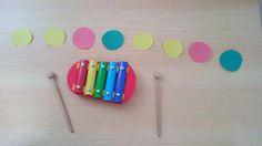 """Treino de orientação/estruturação temporal: Tocar nas """"notas"""" do xilofone, de acordo com a sequência rítmica representada pelas bolas coloridas. Poderá ser introduzida uma bola de outra cor para representar as pausas (noção esta muito importante)."""