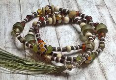 Tassel lange Halskette - bunte Boho Halskette - Lampwork Glas, Altglas, Kokosnuss, Knochen - Handgemachter Schmuck Salakaappi