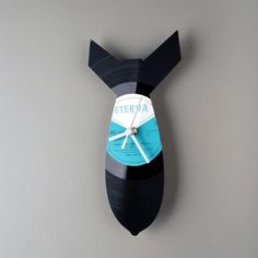 When your old favorite things became useless you can give them a new life. Estonian designer Pavel Sidorenko did it. He took old vinyl records and transformed them Old Vinyl Records, Vinyl Record Clock, Record Wall, Scroll Saw, Diy Arts And Crafts, New Life, Industrial Design, Vogue, Digital