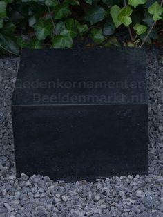 Sokkel glad en gepolijst 30x40x40 cm - hol - € 70,00