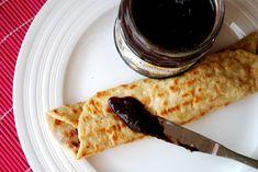 """Staročeské recepty jsou IN. Bramborové """"pekáčky"""" s povidly můžete zamotat stejně jako palačinky. Deserts, Lunch, Bread, Ethnic Recipes, Eat Lunch, Brot, Postres, Baking, Breads"""