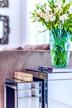 Ideal para quem deseja deixar o ambiente mais iluminado e ampliado, a dupla de Mesa Lateral Espelhada Berlim pode ser composta com vasos, porta retratos, caixas decorativas, arranjos florais e adornos. Fabricadas em MDF com revestimento em espelho bisotado. #MovelEspelhado #MesaLateral #LojaSoulHome