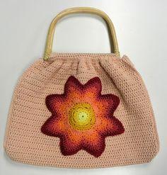 Tas gehaakt in één kleur en dan later maak je daar een grote ster op, de kleuren mogen wel wat vrolijker.