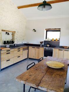 #cuisine #bois #chêne #scandinave #pierre Réalisation de cuisines sur mesure en chêne et plan de travail en granit noir.