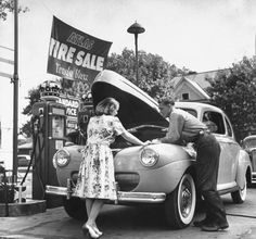 Vintage gas station with full service. Old Gas Pumps, Vintage Gas Pumps, Vintage Cars, Vintage Photos, Vintage Auto, Antique Cars, Vintage Stuff, Pompe A Essence, Pop Art