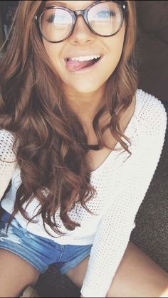 45 Cute Selfie Poses for Girls to Look Super Awesome - Page 3 of 3 - Office Salt Selfie Poses, Girls With Glasses, Cute Glasses, Tumbrl Girls, Long Brown Hair, Wearing Glasses, Glasses Outfit, Girls Selfies, Best Selfies