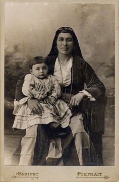 Pontian Woman and Child Old Photos, Vintage Photos, Black Sea, Black And White, Greek Traditional Dress, Old Greek, Photographs Of People, Precious Children, First World