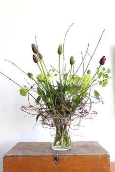 Een tijdje geleden wilde ik een boeket maken voor een vriendin. Ik kocht franse tulpen, sneeuwballen en cornus takken en wilde daar een boeket van maken in een vaas. De vaas had ik al eerder gekocht. Toen ik de bloemen erin zetten viel ze allemaal naar de rand en het zag er echt niet uit. De vaas was dus te breed aan de bovenkant voor deze smalle bloemen. Er zaten …