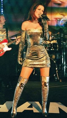Shania Twain in Marc Bouwer Couture metallic velvet mini dress and matching custom boots Country Girls, Country Music, Shania Twain Pictures, Country Female Singers, Celebrity Boots, Sara Evans, Jenifer Aniston, Sexy Boots, High Boots