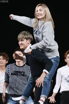 Jeong just loves riding on his back, doesn't he? xD <3 #seventeen #mingyu #jeonghan