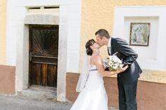 Der erste Kuss am Hochzeitstag, fotografiert im Rahmen des First Look bei einer Hochzeit in Ulrichsberg (Mühlviertel).  First kiss on wedding day, shot during first look at a wedding in Austria (Ulrichsberg).