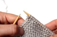 How to Knit a Perfect Edge Row 1 (RS): Sl 1 wyib, k1; work in any given stitch pattern to last 2 sts; sl 1 wyib, p1. Row 2 (WS): Sl 1 wyib, p1; work in any given stitch pattern to last 2 sts; sl 1 wyif, p1. Repeat Rows [1-2] for a double i-cord/selvage. Add more columns for triple and quadruple selvages. Sl 1, Knitting Tutorials, Knitting For Beginners, Knitting Projects, Crochet Projects, Knitting Stitches, Knitting Help, Knitting Yarn, Knitting Needles