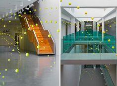 instalación arte pelotas tenis visualmerchandising vishopmag