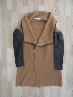 Sweater de lana largo con bordes y mangas de eco cuero negro #CarmelaAchaval #SinUso #ModaSustentable. Compra esta prenda en www.saveweb.com.ar!