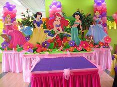 nemo baby shower ideas | En esta decoración se usó una combinación de paños de tela, flores ...