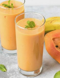 Turmeric Papaya Smoothie - an amazing combination of flavors makes this healthy drink super delicious.Healing drink low in calories. Papaya Smoothie Detox, Smoothies Banane, Apple Smoothies, Healthy Breakfast Smoothies, Smoothie Recipes, Papaya Drink, Juice Recipes, The Oatmeal, Gastronomia