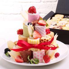甘いものが好きな人なら「いつかは買ってみたい!」と思ってしまうロールケーキタワー。色とりどりのミニサイズのロールケーキは、テーブルの上で映えて気軽につまめるので、パーティーが多いこの季節にぴったり♪ https://room.rakuten.co.jp/cococadeau/1700001993336207/?scid=we_rom_facebook_official_20141217_a1