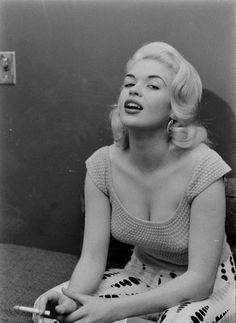 Jayne Mansfield by Peter Stackpole 1956 Golden Age Of Hollywood, Old Hollywood, Hollywood Glamour, Classic Hollywood, Classic Actresses, Actors & Actresses, Hollywood Actresses, Divas, Smoking Photos