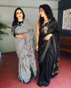 How To Look Awesome in Traditional Black Sarees Want to know how to style your traditional black sarees in most perfect way? Do check out these inspiring sarees styles. Black Cotton Saree, Cotton Saree Blouse, Black Saree, Red Saree, Cotton Saree Designs, Saree Blouse Designs, New Dress Design Indian, Stylish Office Wear, Casual Office