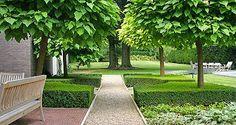 http://www.tuindesign-ten-horn.nl Tuinarchitect - tuinontwerp. Moderne eigentijdse mooie parkachtige grote achtertuin met klassieke elementen in Limburg. Met zwembad en terras.