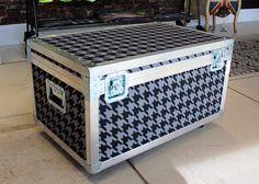 A rvalentim produz cases sobre medida. Eles podem ter rodízios, pés ou diretamente no chão. Também podemos aplicar um tecido sobre a peça que o deixa totalmente personalizado. www.rvalentim.com