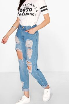 These ripped denim outfit ideas are drool-worthy and always the go-getter ensemble round the year. Lookup for all the ravishing ripped jeans outfit ideas that are eye-catching. Ripped Mom Jeans, Lässigen Jeans, Jeans Bleu, Jeans Boyfriend, Mode Jeans, Light Ripped Jeans, Tear Jeans, High Waisted Mom Jeans, White Pants Outfit