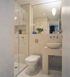 Banheiros BBP (bonitos, baratos e ...pequenos). Com espelho grande para ampliar o espaço e a bancada é de alvenaria revestida com azulejo.