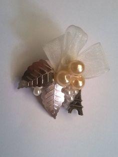 Broche con perlas sintéticas, organza y torre eifel. Beig brooch, pin de NubesDeCoral en Etsy
