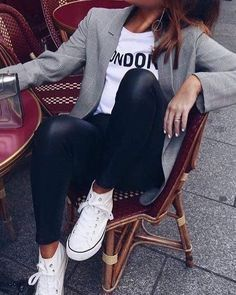 blazer cinza + t-shirt branca + legging preta de couro + tênis branco #fashion