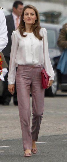 cute blouse i could make Fashion 2018, Work Fashion, Womens Fashion, Carolina Herrera, Cute Blouses, Classy Women, Blouse Styles, Formal Wear, Casual Outfits