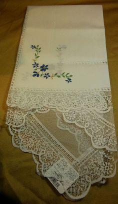 "Heritage Lace 42"" X 42"" ""Amelia"" Tablecloth, NWT"