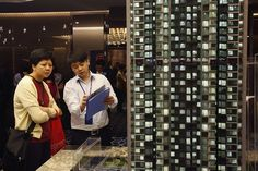 """China. Hong Kong real estate agencies have begun an aggressive trade policy that includes the price war and the street sale of properties. Its effect is the """"cooling"""" of one of the most expensive real estate markets in the world."""