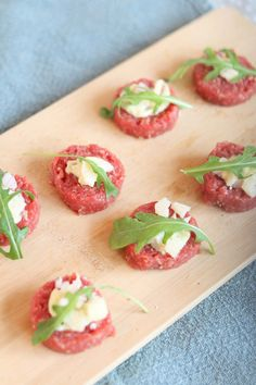 hapjes met vlees: ossenworst met truffelmayo Good Healthy Recipes, Raw Food Recipes, Snack Recipes, Cooking Recipes, Healthy Finger Foods, I Love Food, Good Food, Yummy Food, True Food