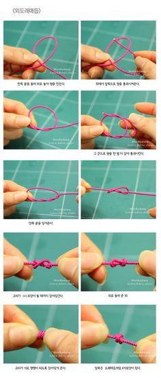 안녕하세요. 이웃님들~~오늘은 외도래 매듭에 대해 알려드려요.외도래 매듭은 맺기 쉬우면서도주머니 만들 ... Macrame Knots, Macrame Bracelets, Diy Jewelry, Jewelry Making, Jewellery Uk, Diy Bracelets Easy, Bracelet Knots, Macrame Tutorial, Friendship Bracelet Patterns