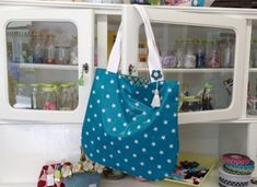 The fifteen minute bag – knitting accessories Next Jeans, Love Jeans, Patchwork Bags, Knitting Accessories, Cotton Bag, Knitted Bags, Diy Bags, Fabric Patterns, Sewing Tutorials