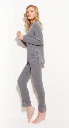 NEU aus Italien: Eleganter #Loungewear Anzug von #ChiaraFiorini aus #Kuschel #Baumwolle in #grau. Hochwertiger #Hausanzug #MadeinItaly von Chiara Fiorini aus schmuseweichem Stoff mit #Rippe und #Spitze⠀ ⠀⠀ Jetzt bei uns im Shop entdecken! ⠀⠀⠀⠀⠀ #homewear2019 #seidenland #seidenshop #nachtwäsche #nightwear #Italien #fashionable #sommer #lingerieaddict #lingerieonline #geschenkidee
